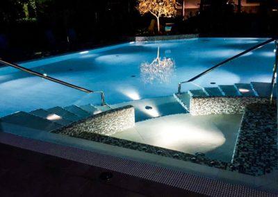 Piscina alberghiera rinnovata con materiali e dotazioni moderne ed eleganti.